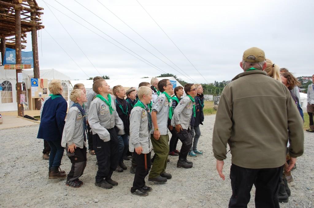 Stavanger 2013: Pingvindansen i slutta orden foran leirsenteret før flaggheis.Foto: Hanne Birte Hulløen