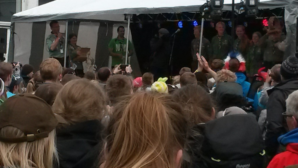 Vinnerne får troféet. Foto: Trond Engen