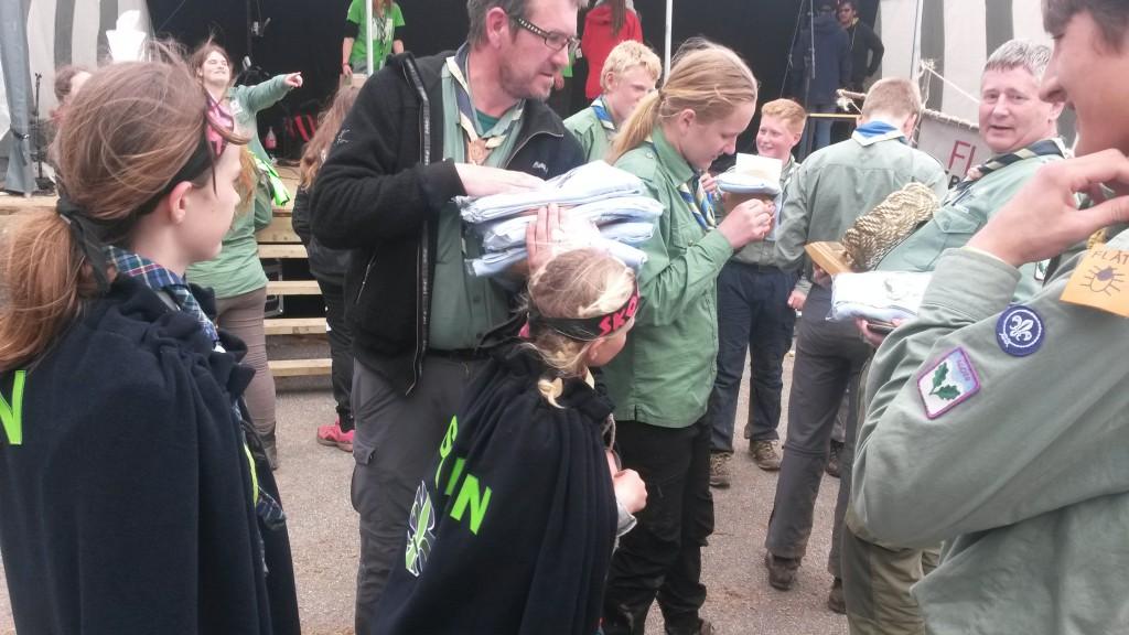 Små Skogduer i kø får å gratulere store vinnere fra Mnadal KM. Foto: Trond Engen