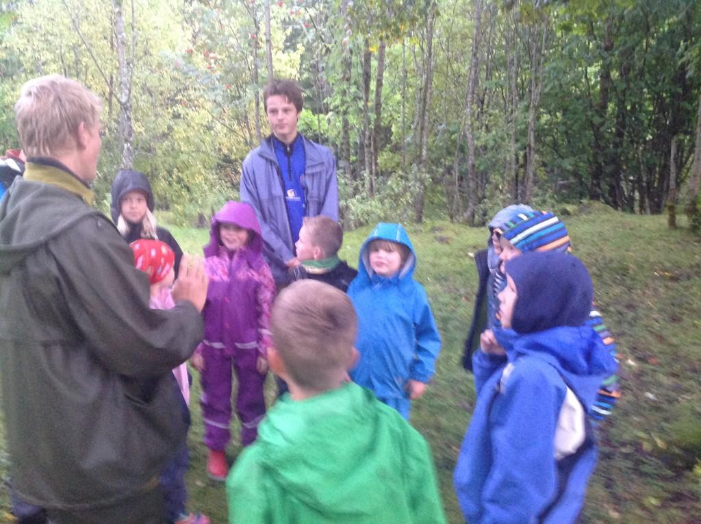 Etterpå forklarer roverne reglene i leken. Men den får dere ikke se, for da var det for tett regn igjen til å ta bilder. Foto: Trond Engen
