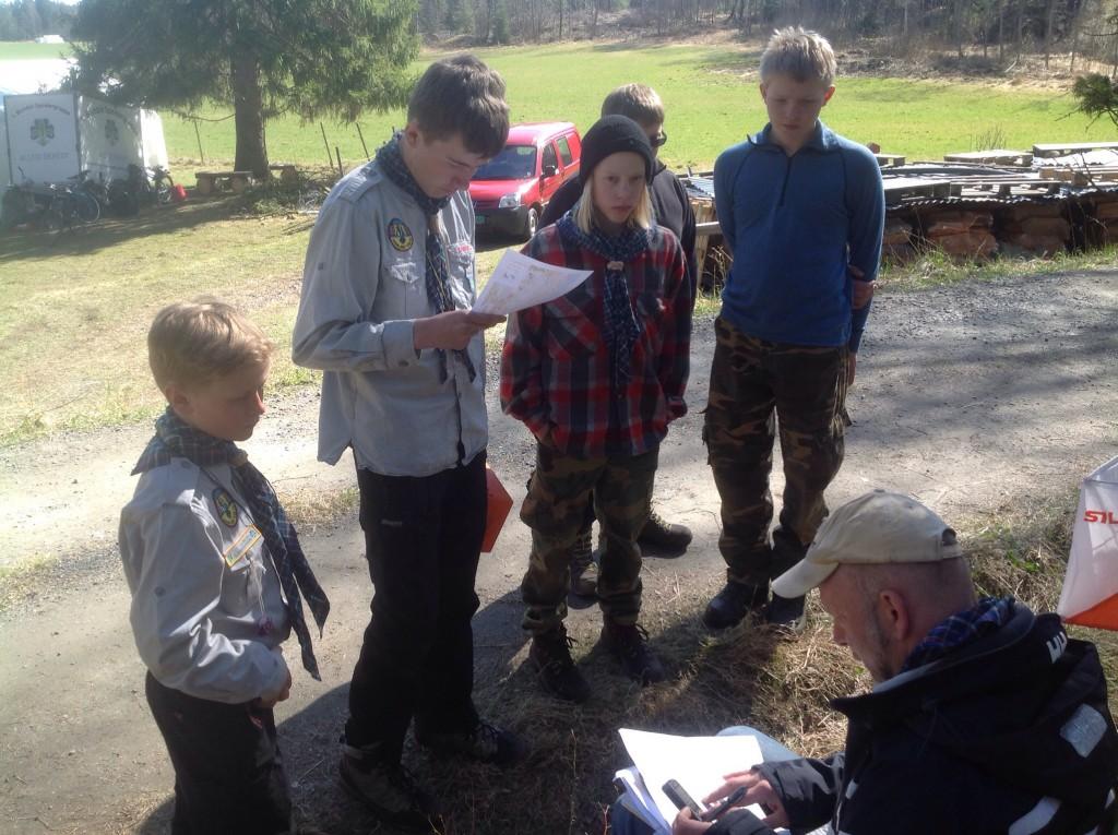 Jerv studerer kartet før avgang. Litt over 31 minutter seinere var de i mål. Foto: Trond Engen