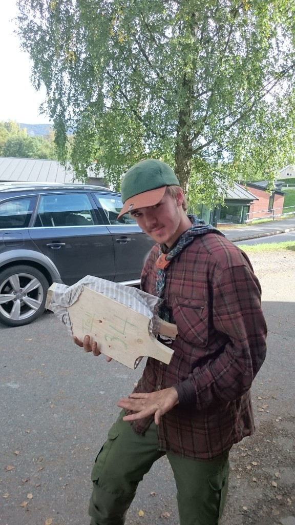 Lars viser fram godt belgisk håndverk. Norsk mester i blåsebelg! Foto: Bendik Madsø Engen