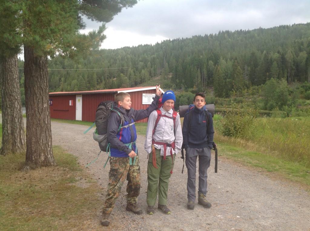 Tre av seks jerver ved Modammen klare for patruljetur i dyrskuhelga. Foto: Trond Engen