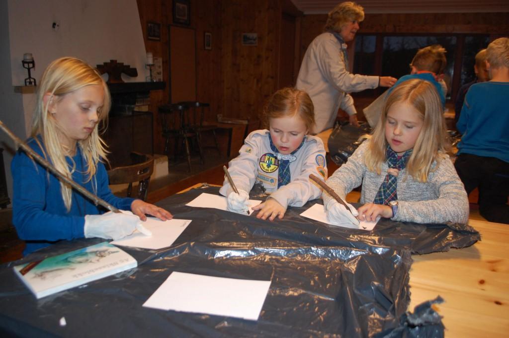 Flokken tegner med kullstift fra eget bål. Foto: Hanne Birte Hulløen