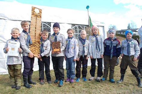 Her poserer de med troféet. Foto: Hanne Birte Hulløen (Facebook)