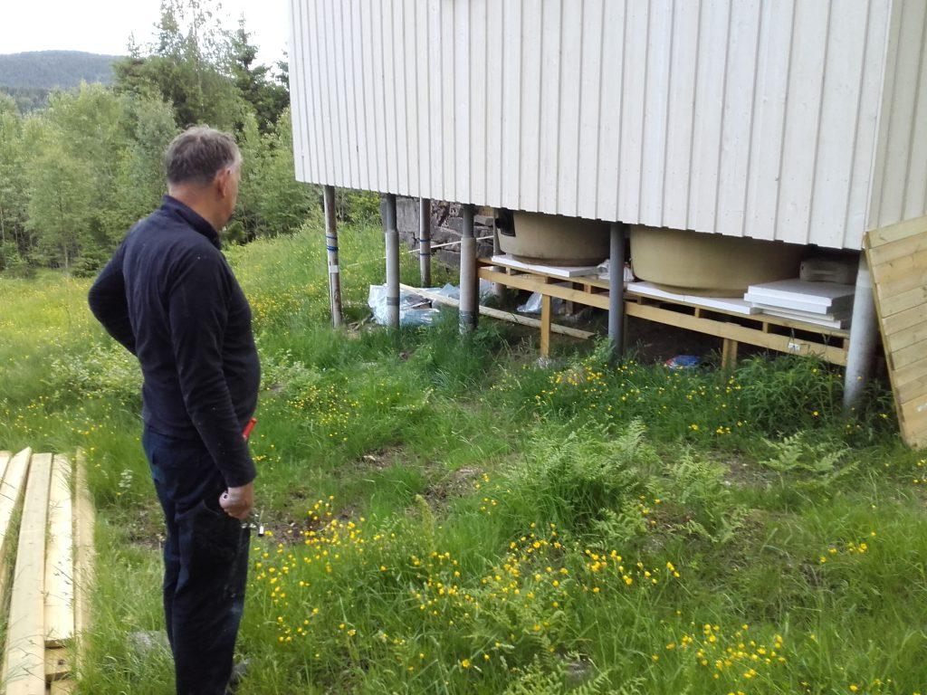 Sjefen sjøl. Bent viser fram underverket under verket. Foto: Trond Engen